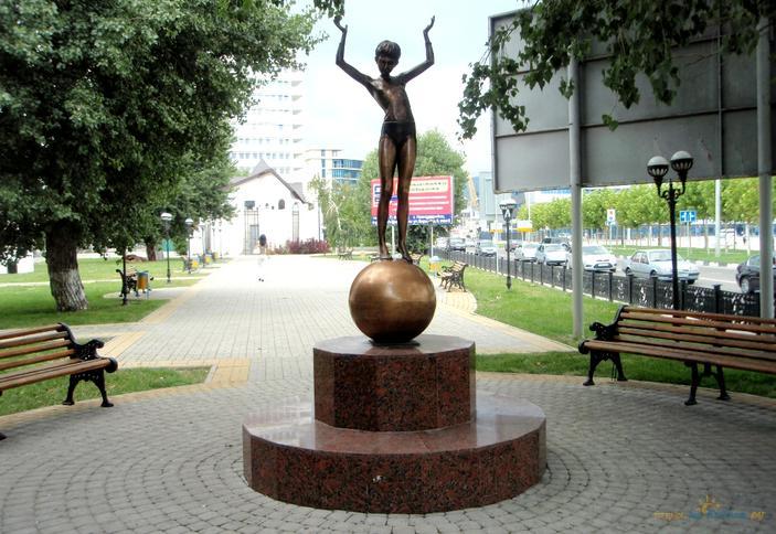 Скульптура «Девочка получи и распишись шаре»