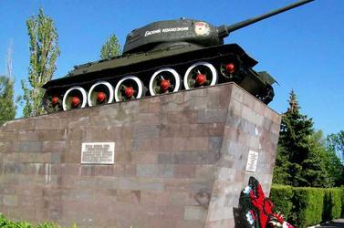 Памятники вов в ейске памятники москва цены адреса